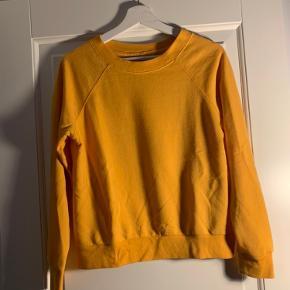 H&M gul sweatshirt i tynd sweat..   Jeg er 1.72 og vejer 65 kg. Bruger normalt small/medium. *dette item kan benyttes i mit 3-for-100 tilbud