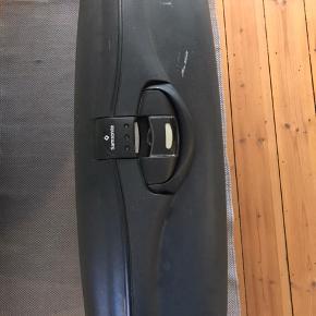 Samsonite 111 liter hardcase kuffert med to hjul, to håndtag og tre låse samt kodelås. Brugsspor udenpå men som ny indeni. Afhentes i Fredericia.