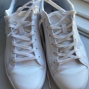 Fine hvide lacoste sneakers. Brugt 2 gange. Enkelte brugsmærker. Fejlkøb