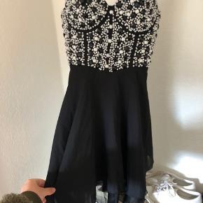 Fin kjole fra ASOS fra mærket Club L. Kun brugt en aften nogle timer. Str 10 (UK) svarer til str m.