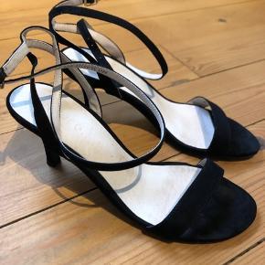 Stiletter med lille hæl, som snøres en gang rundt om benet.  Brugt en gang.  Net medfølger.
