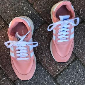 Rosa sneakers fra Adidas, med hvide snørerbånd og logo 4 steder. Det er faktisk en str. 37 1/3, de bliver vasket i vaskemaskinen inden de bliver sendt til køber. Køber betaler fragt.