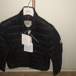 Helt ny Moncler jakke til salg  Nypris 5500 DKK Størrelse (1) svarende til 46/Small Sælges da den er for lille, men fitter en normal Small Kom med bud Kvittering haves, bøjle og tags samt æske medfølger