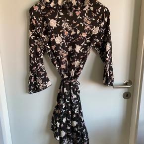 Slå om kjole med blomsterprint. Stadig med prismærke på :-) køber betale fragt