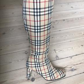 Sindsygt fede vintage støvler ligner lidt Burberry men er det ikke.  Lidt floss ved lynlåsen(se billede). Smid et bud