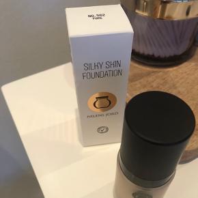 Silky skin foundation, prøvet to gange, men jeg har bestilt en helt ny serie iforbindelse med min hud læge .  Så jeg får ikke denne brugt 🌷  Købspris 260 i Matas