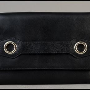 """Hot, flot og lækker clutch i høj kvalitets læder. Den er fra """"Tila March"""". Indvendig et stort rum og en lille lomme i siden med lynlås. Der følger dustbag med. Ny, ubrugt med tags."""