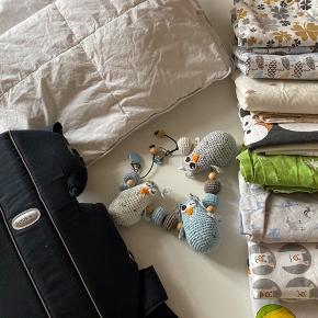 2 x babydyner fra ringsted dun. Værdi 400,- pr stk  1 x bæresele fra babybjörn. Værdi 650,-  8 x sengetøj med hovedpudebetræk. 1 x hjemmelavet babyrangle til barnevogn   Alt er i fint stand!  Afhentes i Horsens.