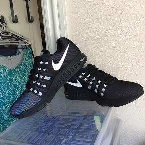 Super smarte Nike h2o repel air zoom structure 19 flash i str 44 sælges. Aldrig brugt. Hele Skoen lyser op i mørke. Det er en letvægt sko. Sælger ud af min samling af Nike sko. Køber betaler fragt.