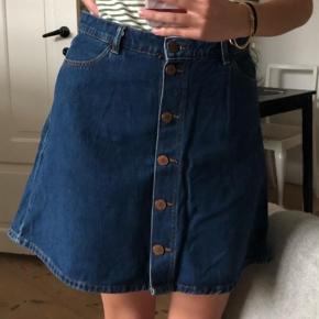 Varetype: A-line Farve: Blå Oprindelig købspris: 200 kr.  Lækker A-nederdel i denim fra Monki 💞   Kun brugt få gange, så fremstår som ny!✨ NP: 200  (Sælger også t-shirten)