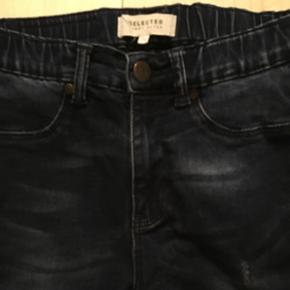 BYD BYD BYD! ☺️ Helt nye selected stretch jeans 👌 De sidder godt til i benene og slutter til om anklen, men der er stretch i, så de er behagelige at have på 😃 Er kun blevet vasket i neutral og aldrig brugt 😊  Har fået dem i gave af min mor der allerede havde vasket dem for mig, men de er alt for små 😅  Str. 36/s   Giver mængderabatter 🤗  Nypris er 600 kr.