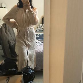 H&M plisseret midi tunika i polyester Str 34 Aldrig brugt Størrelsen er udsolgt på hjemmesiden Np 449 kr