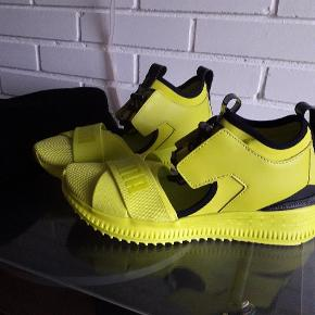 Lime gule/grønne sko fra PUMA by Rhianne. Sjælden udgave. Str. 38,5 og måler 25,5 cm indvendig. Fast pris. Rabat gives ved køb af flere ting der må sendes samlet.