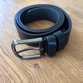 Lækkert læderbælte som fulgte med en taske fra Rough Studios, det har aldrig været brugt. 100% ægte læder. Bælte str. 85 cm Bredde: ca 3,2 cm