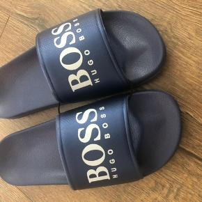 Fede Hugo Boss klip-klappere i metalic blå. Købt for små - de er str 35, men svarer nærmere til 33/34. De er 20 cm.