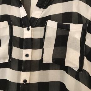 Stribet skjorte. Gennemsigtig. Kan også bruges af en S