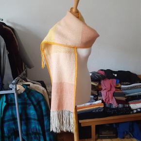 Uld. Håndvævet tørklæde.