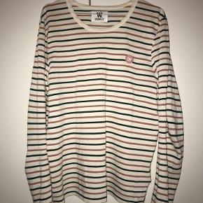 Grøn-rosa stribet bluse fra Wood Wood med logo. Brugt få gange, god kvalitet.  (Dyre- og røgfrit hjem)