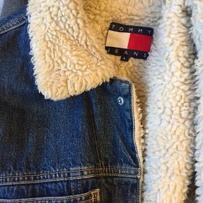 Tommy Hilfiger jakke med for  Efterårs- og vinterjakke, som fremstår i super stand.  Str. L.  Byd gerne.