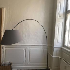 Varetype: gulvlampe Størrelse: 190 cm høj Farve: lys Oprindelig købspris: 2500 kr.