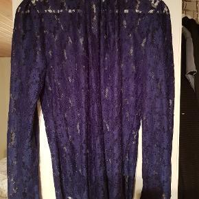 Super flot blonde bluse m knaplukning v. Hals bag til. Meget fin til både jeans og nederdel.