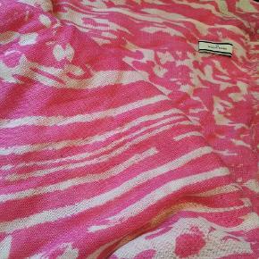 Der er trukket enkelte tråde, men ikke noget der ses, når man har tørklædet på (se billede 3). 100% uld