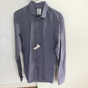 Blålig skjorte med mønster fra BertoniAldrig brugt. Stadig med mærke  Str hedder M-40