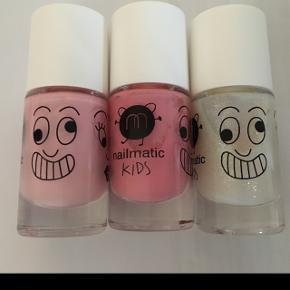 3 stk. Nailmatic neglelak til børn. 50kr.pr.stk plus Porto. Jeg har de 3 på billedet. Nye og uåbnet.  De er uden hormonforstyrrende stoffer. Og de kan vaskes af med varmt vand og sæbe.