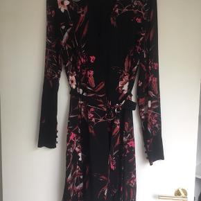 Får ikke brugt denne smukke kjole, så nu skal den videre til en anden som får glæde af den