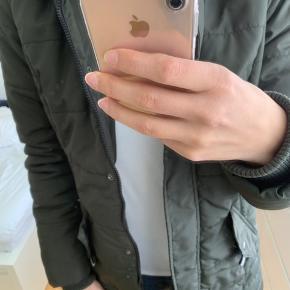 """Only jakke i mørkegrøn farve. Stand er nok nærmere """"næsten som ny""""  100 kr. 😊"""