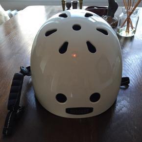 Helt ny cykelhjelm fra Nutcase. Sælges fordi dne er for stor - det er en størrelse medium. Tilbehør følger med: vindskærm, puder til indersiden