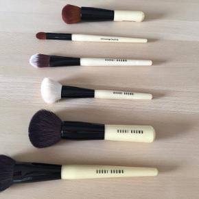 Bobbi Brown makeup børster sælges næsten som nye. Blush Bronzer Angled Face Foundation Full Coverage Touch Up Full Coverage Face  De sælges enten samlet eller enkeltvis ved forespørgsel på pris. De er lidt dyrere enkeltvis end samlet som sæt.