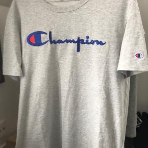 Så fin champion t-shirt i str L. Det er oprigtig en mande model, og derfor er den også lidt stor i det, men jeg synes personligt selv, at den sidder fedt, fordi at den netop er oversized. Den er brugt 2 gange, og i perfekt stand.