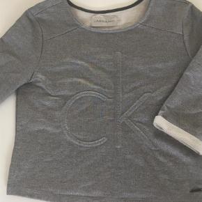 Superlækker sweat fra CK jeans - flot stand  Sweatshirt Farve: Grå Oprindelig købspris: 850 kr.