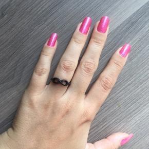 Sød ring med mat sort belægning. Ved ikke hvor godt belægningen holder på sigt, derfor er prisen sat lavt.  Måler ca. 1,65cm i indre diameter