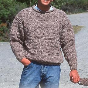 Brand: FruStrikVaretype: herresweater, sweater, trøje, uldtrøje, herretrøje, Fru Strik Størrelse: S/M - M/L Farve: Mange  Herresweater med flot strukturmønster - håndstrikket i ren økocertificeret uld. Garnet som er brugt på foto er udgået, men jeg strikker nu denne dejlige sweater i et meget blødt, tykt og varmt garn i 100% uld. Der er frit farvevalg. Se farvekort.  Sweateren strikkes på bestilling i størrelse: S/M - M/L  Modtager MobilePay