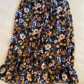 Lang fin nederdel, med slids foran