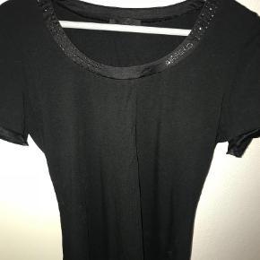 Brand: Airfield Varetype: T-shirt Farve: Sort  Sød T-shirt i sort fra kendte Airfield med rund hals og similinsten :-) størrelsen er tilsvarende en 40  Bytter ikke og handles der over TS, tilllgges gebyr