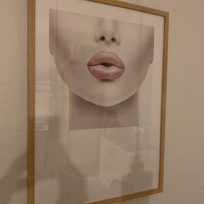 1 stk. plakat fra Desenio 50x70 cm inklusiv tilhørende ramme fra Ikea. Prisen er samlet 🙂 (ny pris for plakaten 200-,)