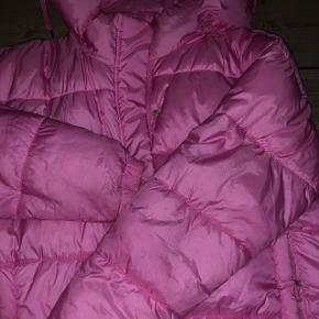 Oversize, lyserød dunjakke fra Monki