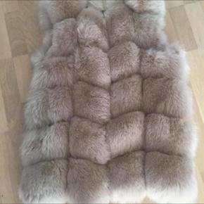 Den smukkeste pels vest i rævepels.  Og i samme stil som Buch-stil.  Den er halvlang og i beige.