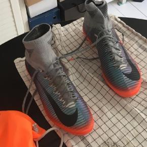 Varetype: Fodboldstøvler Størrelse: 47.5 Farve: Multi Oprindelig købspris: 1800 kr. Kvittering haves.  Brugt tre gange på kunstgræs.