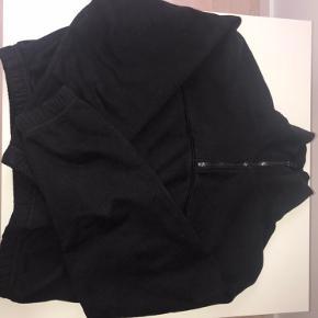 Mærke [weekday] Pris [150] Stand [som ny, brugt få gange] Str [xs] Fin højhalset sweater i sort, brugt meget få gange. Utrolig behageligt og sidder godt. Er åben for bud🌟