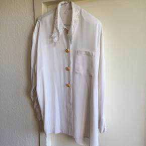 Blouse blanche 100% polyester taille 18 boutons dorés devant et sur les manches col brodé