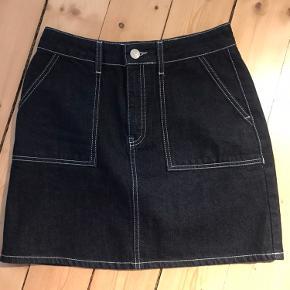 Denim nederdele, går til lidt over midt på låret. Aldrig brugt.