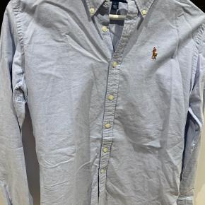 Slim RL klassisk skjorte i lyseblåt stof og hvide knapper - bliver selvfølgelig Strøget ved salg 🤪