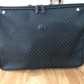 Flot vintage GUCCI kuffert sælges. 100% ægte.  Den er i flot sort GG monogram mønster.  Serienummer: 010.123.0225  Størrelse: L 54 * H 37 * B 22 cm  Kufferten er rigtig flot stand og meget velholdt.  Kom med et bud!