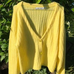 Sælger denne smukke gule cardigan fra Gestuz i en størrelse small. Cardiganen er lavet i det blødeste materiale og i den fineste gule farve. ⚡️✨