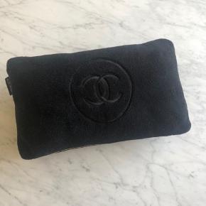 Unik Chanel pyntepude sælges - en varer som stort set aldrig vil komme til salg. Det er en del af Chanel vip sortiment - heraf Precision. Jeg har købt den på Vestiare Collective, hvorfor ægthedsbevis medfølger derfra. Sælges til 1750kr afhentet eller pp.