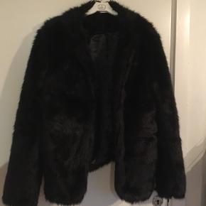 Fake fur jakke. Brugt ganske få gange, så i rigtig god stand. Fragt betales af køber :)